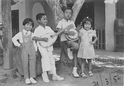 4 anh em 1954 Vinh Long.jpg (9548 bytes)